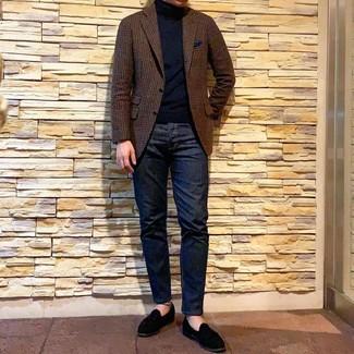 Как и с чем носить: коричневый шерстяной пиджак в мелкую клетку, черная водолазка, темно-синие джинсы, черные замшевые лоферы