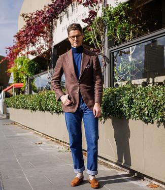 Как и с чем носить: коричневый шерстяной пиджак, темно-синяя водолазка, синие джинсы, табачные замшевые лоферы