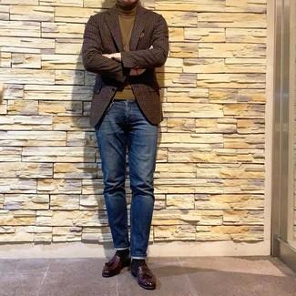 Как и с чем носить: темно-коричневый шерстяной пиджак в мелкую клетку, оливковая водолазка, темно-синие джинсы, темно-красные кожаные лоферы с кисточками