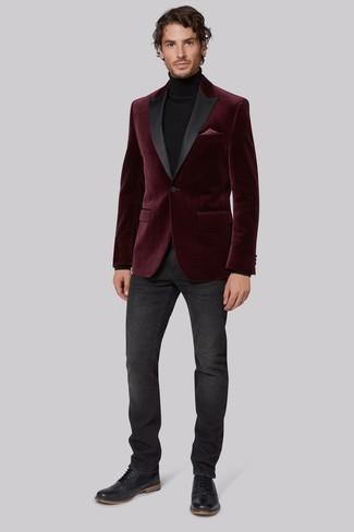 Как и с чем носить: темно-красный бархатный пиджак, черная водолазка, темно-серые джинсы, черные кожаные броги