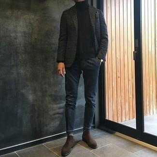 """Темно-коричневые замшевые ботинки челси: с чем носить и как сочетать мужчине: Темно-серый пиджак с узором """"гусиные лапки"""" и темно-синие джинсы великолепно подходят для воплощения городского ансамбля на будние дни. Хочешь сделать ансамбль немного строже? Тогда в качестве дополнения к этому ансамблю, выбирай темно-коричневые замшевые ботинки челси."""