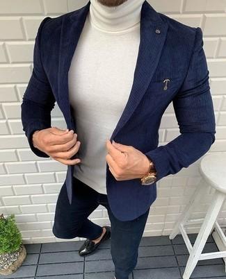 С чем носить белую шерстяную водолазку мужчине: Можно с уверенностю сказать, что белая шерстяная водолазка смотрится выигрышно в тандеме с темно-синими джинсами. Хочешь привнести сюда немного классики? Тогда в качестве дополнения к этому образу, выбери черные кожаные лоферы.