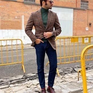 Мужские луки: Дуэт коричневого пиджака в шотландскую клетку и темно-синих джинсов позволит составить нескучный мужской образ в непринужденном стиле. Говоря об обуви, можно закончить образ темно-красными кожаными ботинками дезертами.