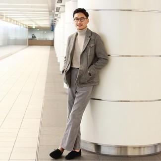 """С чем носить серые джинсы мужчине: Тандем серого шерстяного пиджака с узором """"в ёлочку"""" и серых джинсов позволит выглядеть аккуратно, а также подчеркнуть твою индивидуальность. Вместе с этим луком органично смотрятся черные замшевые ботинки дезерты."""