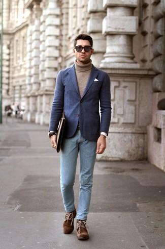 Как и с чем носить: темно-синий шерстяной пиджак, коричневая водолазка, голубые зауженные джинсы, коричневые замшевые ботинки дезерты