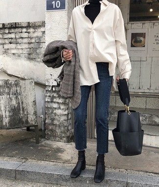 Как и с чем носить: серый пиджак в шотландскую клетку, черная водолазка, белая классическая рубашка, темно-синие джинсы