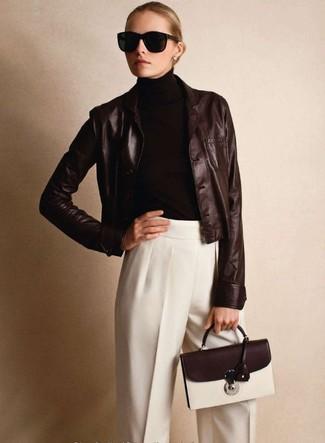 Модный лук: Темно-коричневый кожаный пиджак, Темно-коричневая водолазка, Белые классические брюки, Темно-коричневая кожаная сумка-саквояж
