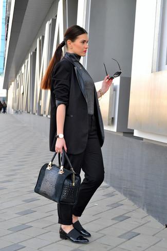 Как и с чем носить: черный кожаный пиджак, темно-серая водолазка, черные классические брюки, черные кожаные туфли