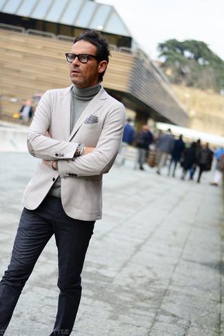 Модный лук: серый пиджак, серая водолазка, темно-серые классические брюки, серый нагрудный платок с принтом
