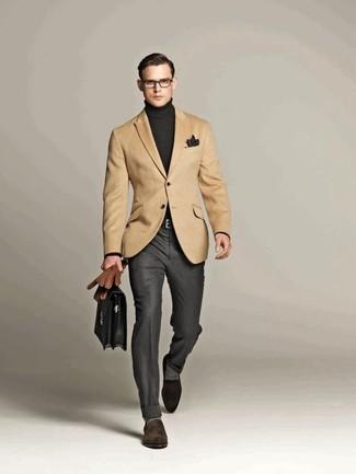 Модный лук: светло-коричневый пиджак, темно-серая водолазка, серые классические брюки, темно-коричневые замшевые лоферы