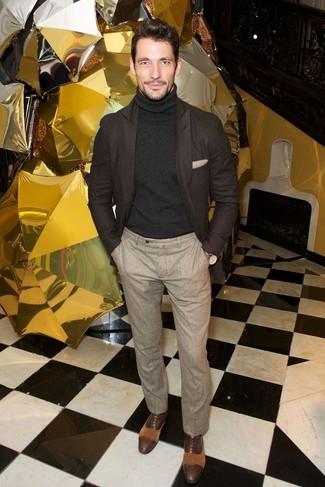 Темно-коричневый шерстяной пиджак и бежевые шерстяные классические брюки — хорошая формула для создания модного и удобного образа. Что касается обуви, можно отдать предпочтение классическому стилю и выбрать темно-коричневые кожаные оксфорды.