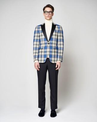 Модный лук: синий пиджак в шотландскую клетку, белая водолазка, черные классические брюки, черные бархатные лоферы с кисточками