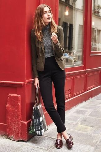 Как и с чем носить: коричневый хлопковый пиджак, серая водолазка, черные классические брюки, коричневые кожаные лоферы