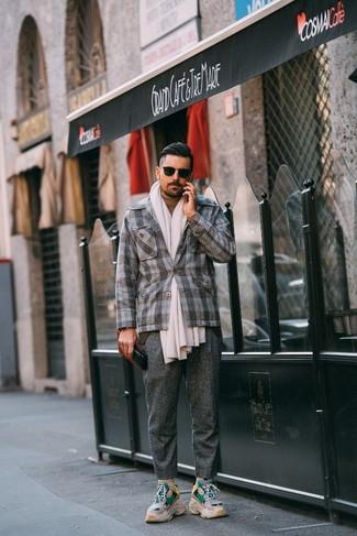 Как и с чем носить: серый шерстяной пиджак в шотландскую клетку, светло-коричневая водолазка, серые шерстяные классические брюки, бежевые кроссовки