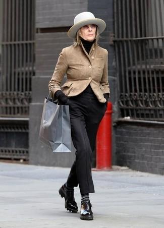 Как и с чем носить: светло-коричневый замшевый пиджак, черная водолазка, черные классические брюки, черные кожаные туфли дерби