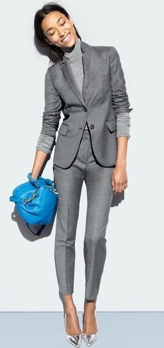 Как и с чем носить: серый пиджак, серая водолазка, серые классические брюки, серебряные кожаные туфли