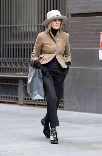 Черная водолазка: с чем носить и как сочетать женщине: Составив ансамбль из черной водолазки и черных классических брюк, получишь превосходный образ для неофициальных мероприятий после работы. Черные кожаные оксфорды чудесно впишутся в ансамбль.