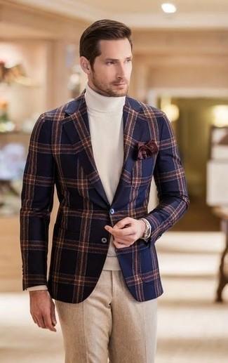 Как и с чем носить: темно-синий шерстяной пиджак в клетку, белая водолазка, бежевые шерстяные классические брюки, темно-коричневый нагрудный платок