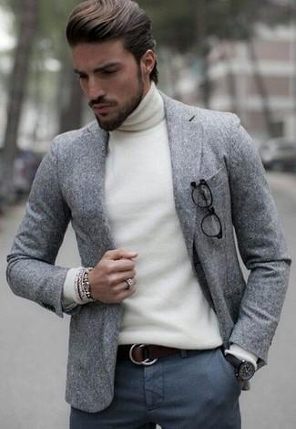 Как и с чем носить: серый шерстяной пиджак, белая водолазка, темно-серые шерстяные классические брюки, темно-коричневый кожаный ремень