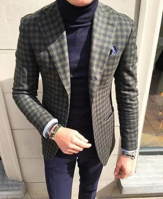 Как и с чем носить: оливковый шерстяной пиджак в клетку, темно-синяя водолазка, темно-синие классические брюки, темно-синий нагрудный платок с принтом