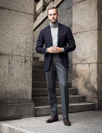Как и с чем носить: черный шерстяной пиджак, серая водолазка, серые шерстяные классические брюки, темно-коричневые кожаные броги