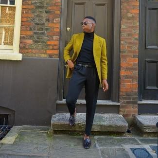 Как и с чем носить: горчичный пиджак, черная водолазка, черные классические брюки, черные кожаные лоферы с кисточками