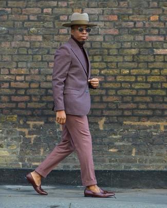 Как и с чем носить: фиолетовый пиджак, темно-красная водолазка, розовые классические брюки, коричневые кожаные лоферы с кисточками