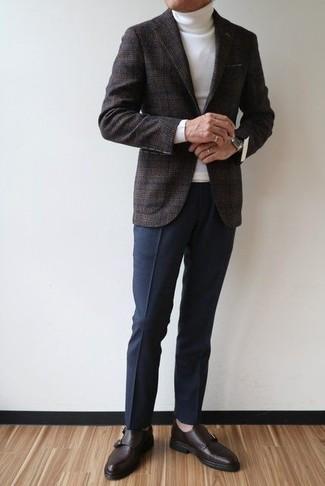 Как и с чем носить: темно-серый шерстяной пиджак в шотландскую клетку, белая водолазка, темно-синие классические брюки, темно-коричневые кожаные монки