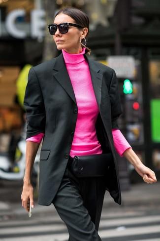 Как и с чем носить: черный пиджак, ярко-розовая водолазка, черные классические брюки, черная кожаная поясная сумка
