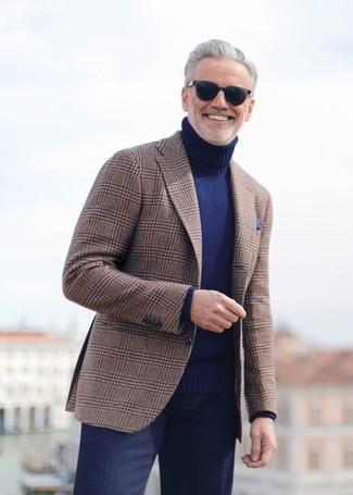 Как и с чем носить: коричневый пиджак в шотландскую клетку, темно-синяя водолазка, темно-синие классические брюки, темно-синий нагрудный платок