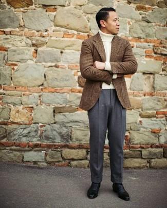 Как и с чем носить: коричневый шерстяной пиджак в шотландскую клетку, белая шерстяная водолазка, темно-серые классические брюки, черные кожаные оксфорды