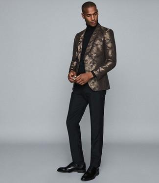 Как и с чем носить: золотой пиджак с принтом, черная водолазка, черные классические брюки, черные кожаные оксфорды