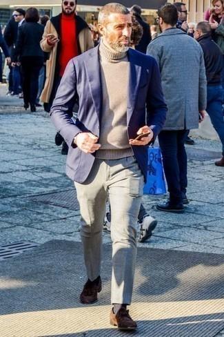 Темно-синий пиджак: с чем носить и как сочетать мужчине: Несмотря на то, что это классический ансамбль, сочетание темно-синего пиджака и серых классических брюк всегда будет по душе стильным молодым людям, неминуемо покоряя при этом сердца прекрасных дам. В сочетании с этим луком наиболее выгодно будут смотреться коричневые замшевые лоферы с кисточками.