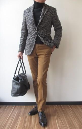 Серый шерстяной пиджак в клетку: с чем носить и как сочетать мужчине: Серый шерстяной пиджак в клетку в паре со светло-коричневыми классическими брюками поможет составить модный и привлекательный образ. Темно-серые кожаные туфли дерби — великолепный вариант, чтобы закончить образ.
