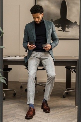 Серый нагрудный платок: с чем носить и как сочетать: Рекомендуем взять на заметку это функциональное сочетание темно-бирюзового пиджака и серого нагрудного платка. Закончив лук коричневыми кожаными туфлями дерби, ты привнесешь в него немного привлекательного консерватизма.