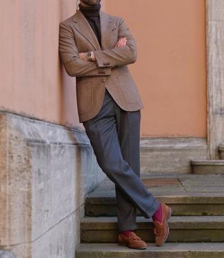 """С чем носить пурпурные носки мужчине: Если ты наметил себе насыщенный день, сочетание коричневого шерстяного пиджака с узором """"гусиные лапки"""" и пурпурных носков поможет создать удобный образ в расслабленном стиле. Любишь необычные образы? Закончи лук коричневыми замшевыми лоферами с кисточками."""
