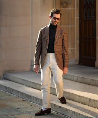 С чем носить коричневый пиджак в мелкую клетку мужчине: Коричневый пиджак в мелкую клетку и бежевые классические брюки — хороший вариант для мероприятия в фешенебельном заведении. Вместе с этим ансамблем органично смотрятся темно-коричневые замшевые лоферы.
