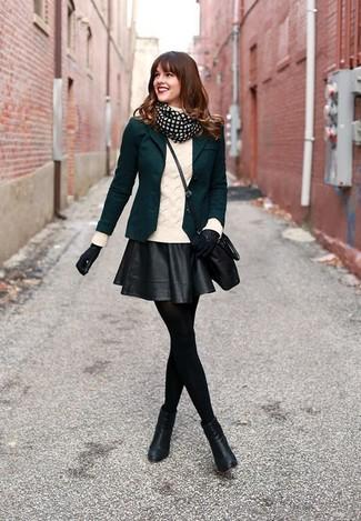 Как и с чем носить: темно-зеленый пиджак, белая вязаная водолазка, черная кожаная короткая юбка-солнце, черные кожаные ботильоны