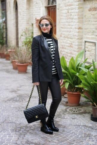 Как и с чем носить: черный пиджак, черно-белая водолазка в горизонтальную полоску, черные кожаные леггинсы, черные кожаные ботинки челси