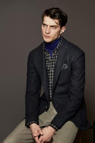 Как и с чем носить: темно-серый шерстяной пиджак, синяя водолазка, серая фланелевая рубашка с длинным рукавом в клетку, бежевые шерстяные классические брюки