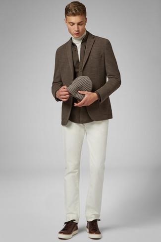 Белая водолазка: с чем носить и как сочетать мужчине: Стильное сочетание белой водолазки и белых брюк чинос поможет выразить твой индивидуальный стиль и выгодно выделиться из серой массы. Поклонники рискованных вариантов могут закончить лук темно-коричневыми кожаными низкими кедами.