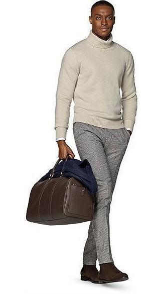 Модный лук: темно-синий шерстяной пиджак, бежевая водолазка, белая рубашка с длинным рукавом, серые шерстяные классические брюки