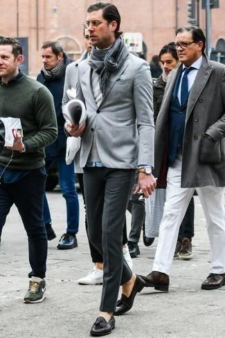 Темно-серые классические брюки: с чем носить и как сочетать мужчине: Несмотря на то, что это весьма сдержанный ансамбль, лук из серого пиджака и темно-серых классических брюк всегда будет нравиться стильным мужчинам, неизбежно покоряя при этом дамские сердца. В паре с этим ансамблем идеально будут выглядеть черные кожаные лоферы.