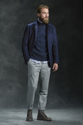 Модные мужские луки 2020 фото: Темно-синий шерстяной пиджак и серые брюки карго выигрышно вписываются в гардероб самых требовательных мужчин. Что до обуви, темно-коричневые кожаные повседневные ботинки — самый приемлимый вариант.