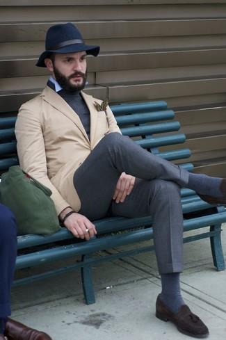 Модный лук: светло-коричневый пиджак, темно-серая водолазка, голубая рубашка с длинным рукавом, темно-серые классические брюки