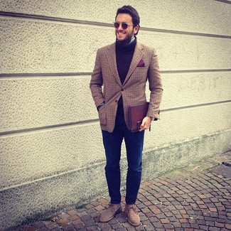 Как и с чем носить: коричневый пиджак в шотландскую клетку, коричневая шерстяная водолазка, голубая рубашка с длинным рукавом, темно-синие джинсы