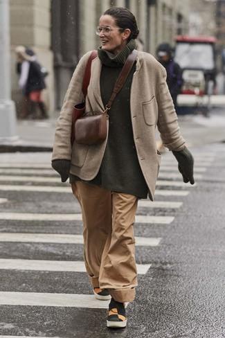 Как и с чем носить: бежевый шерстяной пиджак, темно-зеленая вязаная водолазка, светло-коричневые широкие брюки, разноцветные слипоны из плотной ткани