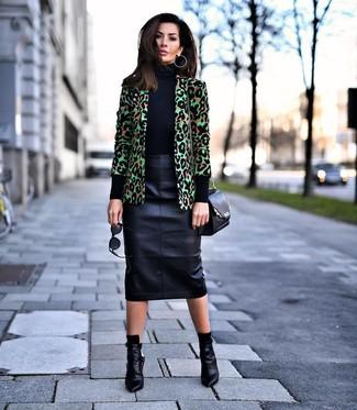 Как и с чем носить: зеленый пиджак с леопардовым принтом, черная водолазка, черная кожаная юбка-карандаш, черные кожаные ботильоны