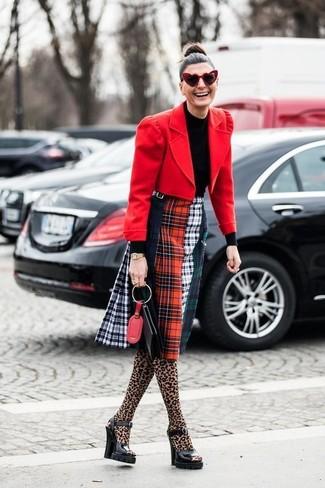 Как и с чем носить: красный шерстяной пиджак, черная водолазка, разноцветная юбка-миди в шотландскую клетку, черные кожаные массивные босоножки на каблуке
