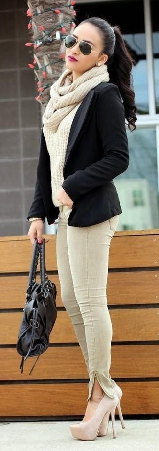 Как и с чем носить: черный пиджак, бежевый вязаный свитер, бежевые джинсы скинни, бежевые замшевые туфли